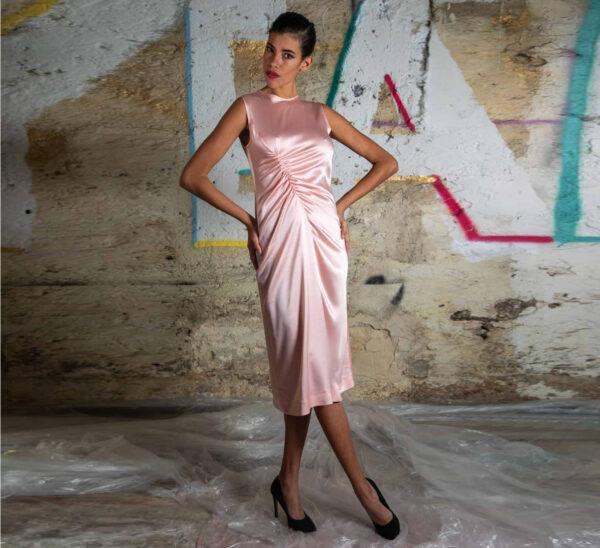 Abito rosa con drappeggio
